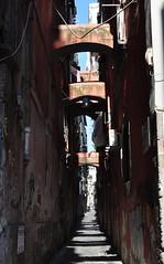 Vicolo napolitain, via dei Tribunali, Naples, Campanie, Italie. (byb64) Tags: naples neapel napoli nápoles campanie kampanien campania cittàmetropolitanadinapoli italie italy italia italien europe europa eu ue unesco unescoworldheritagesite patrimoinemondial ruelle rue vico via street strasse calle decumanus