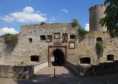 Burg Querfurt/Harz (Helmut44) Tags: deutschland germany mitteldeutschland sachsenanhalt harz querfurt burg burganlage wehranlage mauer burggraben bastion westtor kreuzigungsgruppe eingang dickerheinrich architektur
