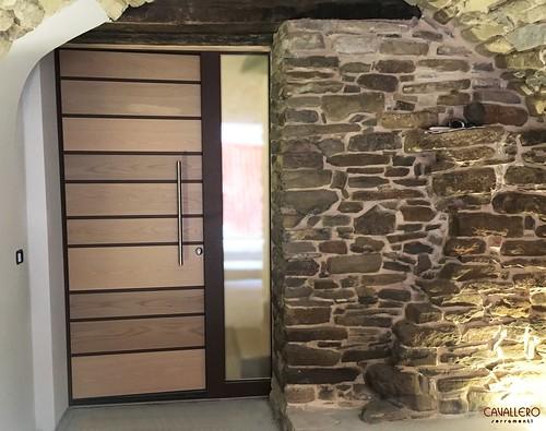 Portone in legno alluminio a doghe orizzontali e fiancoluce