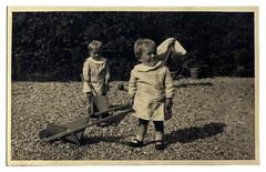 i gemelli a Vicenza - autunno 1936 (dindolina) Tags: photo fotografia blackandwhite bw biancoenero monochrome monocromo sepia seppia vintage family famiglia history storia gemelli twins vignato italy italia veneto vicenza garden giardino 1936 1930s annitrenta thirties