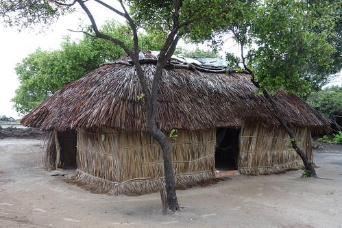 C'est ici que nous avons dormi pendant notre séjour. Toute les maisons sont similaires. Elles sont faites en feuilles de palmier et en rondins de bois.