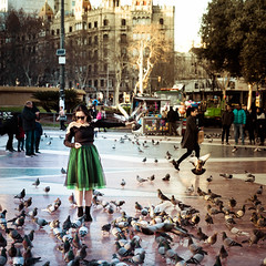 Barcelona (Zeeyolq Photography) Tags: pigeons chinese spain barcelona street woman barcelone espagne birds people catalunya es