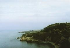 O Cantiño (Lore Stars) Tags: film analógica pentaxmv autochinon50mmf17 35mm coast burela galicia seaside lorestars paisaje landscape expired sea fotosistema100 beach naturaleza nature