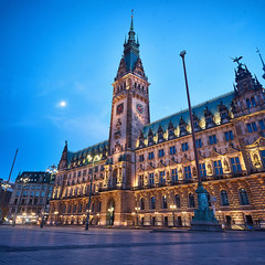 Rathaus at Moon Night (Phoenix Konstantin) Tags: sonya7 sel28f20 28mm sonyfe28f20 night evening hamburg germany street architecture lights bluehour panorama
