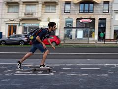 Rápido, que llego tarde (no sabemos cómo llamarnos) Tags: street streetphotography photoderue fotourbana fotocallejera urbanphotography skate skater colour man rue calle movimiento mouvement