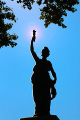 Un air de déjà vu... (Pi-F) Tags: statue liberté flambeau contrejour noir bleu
