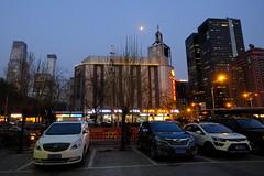 XE3F0950 Pekín o Beijing (Enrique R G) Tags: calle street edificios building aparcamiento parking pekín beijing china fujixe3 fujinon1024