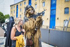 20180604_F0001: Wookiee with a fan (wfxue) Tags: starwars scifi wookiee chewbacca gun weapon fictional character group people candid mcmcomiccon londoncomiccon cosplay costume event
