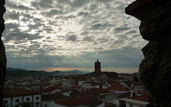DESDE LAS ALMENAS DEL PARADOR DE ZAFRA (pibepa) Tags: zafra pibepa parador atardecer nubes cielo cloud clouds lumix mayo2018 castillo almenas ocaso sol sunset sun nuvoli cáceres extremadura españa spain