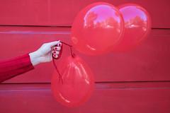 21- De color rojo (Letua) Tags: 52semanas 52weeksproject 52anonimos balloons globos hand lifeisarainbow lineas lines mano people portrait red retrato rojo rouge three tres colorado