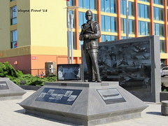 Bronze Statue of Eugene Ely by Mike Maiden (Gerald (Wayne) Prout) Tags: bronzestatueofeugeneely mikemaiden navalaviationmonumentpark oceanfront boardwalk atlanticavenue 25thstreet cityofvirginiabeach princessanncounty stateofvirginia usa prout geraldwayneprout canon canonpowershotsx60hs powershot sx60 hs digital camera photographed photography bronzestatue eugeneely sculptor bronze statue naval aviation monument park atlantic avenue 25th street city virginiabeach virginia princessann county boeingcompany