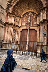 Rain and cathedral (DerHarlekin) Tags: rain regen kathedrale cathedral coat regenmantel woman street streetphotgraphy color brown yellow warm tones