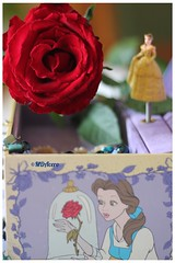 La cajita de música (mariadoloresacero) Tags: rouge red rose roja rosa girls niñas petites filles children enfance infancia belle et bête la bella y bestia musical box boîte musique caja de música
