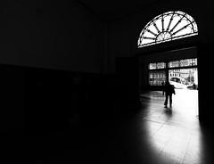 Contraluz en BW.En Estación de Francia, BCN (angelalonso4) Tags: canon eos 1300d efs1018mm f4556 is stm ƒ45 100 mm 160 bw black negro blanco white monocromo