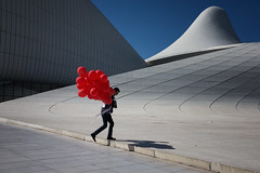 Aliyev Center, Baku (puuuuuuuuce) Tags: red balloons aliyevcenter zahahadid architecture baku azerbaijan