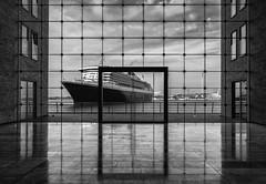 Queen Mary 2 (StoneAgeKid) Tags: frame queen mary 2 qm2 cunard luxusschiff schiff hamburg sparkasse fenster hafen harbour reederei elbe wasser gebäude luxusliner passagiere ship cruise liner bw sw monochrom acros