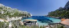 Sormiou (Lolo_) Tags: sormiou marseille pano panorma panoramic mer méditerranée parcnational calanques beach plage voiliers sailboats cabanons paradise postcard cartepostale baigneurs france turquoise