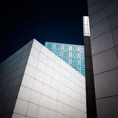 Trois compères et un géant / Three compadres and a giant (fidgi) Tags: paris architecture ciel sky bleu blue blanc white abstract abstrait square carré institutdumondearabe ombre shadow geometric angle canon canoneos5dmk3 tamron