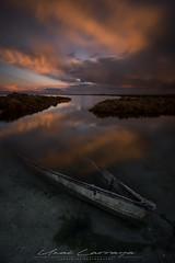 Cielo en llamas. (Fotografias Unai Larraya) Tags: deltebre tarragona cataluña paisajes atardecer largaexposición barco reflejo mar agua arena abandonado