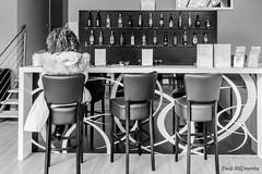 DSC02856 l (Fooß) Tags: sonya6000 sony1018 rheinlandpfalz deutschland german hobby sony weitwinkel wideangle instagood makemoments frau woman sw bw schwarzundweis blackandwithe schwarz black weis withe kontrast hotel bar girl
