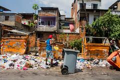 (REDES DA MARÉ) Tags: americalatina brasil cedae complexodamare favela jornalmaredenoticias mare novaholanda ong redesdamare riodejaneiro rubensvaz lixo