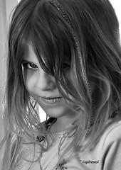 plume espiègle (quentinmirabelle) Tags: portrait gros plan noir blanc black white monochrome enfant fille plume coiffure nikon regard
