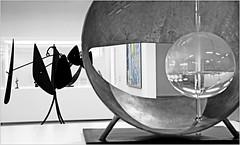 "A gauche un module de Calder, ""Kanal - Centre Pompidou"", ancien garage Citroën-Yser, quai des Péniches, Bruxelles, Belgium (claude lina) Tags: claudelina belgium belgique belgië bruxelles brussels kanal centrepompidou kanalcentrepompidou musée museum garagecitroënyser citroën exposition oeuvre art calder"