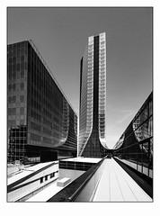 Fuite..... (francis_bellin) Tags: 2018 archi noiretblanc monochrome marseille tour juin blackandwhite architecture