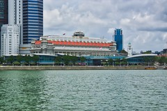 Fullerton Hotel by the Marina Bay in Singapore (UweBKK (α 77 on )) Tags: fullerton hotel marina bay water sky clouds building architecture history singapore southeast asia sony alpha 77 slt dslr