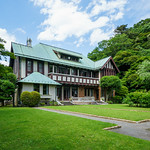 The magnificent house was build for Marquis Hironobu Kacho(華頂 博信) in 1929. The building is one of the largest Western-style prewar in Kanagawa Pref. フジテレビ系で放送中の『モンテ・クリスト伯』の主人公:モンテ・クリスト・真海(柴門暖)の屋敷ということでおじゃま。初のロケ地巡礼。