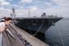 並ぶ人と並ばない人 (kasa51) Tags: port harbor hericopterdestroyer tour yokohama japan 護衛艦いずも ship pier people street jmsdf