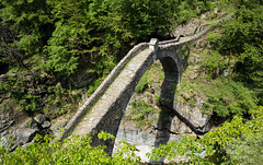 Ponte Romano (Centovalli, Ticino) (Toni_V) Tags: m2407788 rangefinder digitalrangefinder messsucher leicam leica mp typ240 type240 28mm elmaritm12828asph hiking wanderung randonnée escursione camedointragna centovalli tessin ticino ponte brücke bridge ponteromano green switzerland schweiz suisse svizzera svizra europe ©toniv 2018 180510
