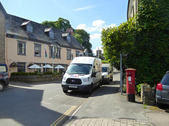 Elizabeth 2 cypher B type post pillar box High Street Crickhowell 10.08.2017 (2) (The Cwmbran Creature.) Tags: po p o gpo g general post office letter red street furniture heritage great britain united kingdom gb uk