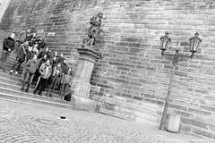 Chor auf Stiege Prag / choir on stairs prague (jazzfoto.at) Tags: sony sonyrx100m3 rx100m3 sonyrx100iii sonydscrx100iii dscrx100iii prag praha prague tschechien czechrepublic chequia czechia repubblicaceca czechy strassenmusiker buskers musicienambulant suonatoreambulante artistaderua músicoambulante pouličnímuzikanti sw bw schwarzweiss blackandwhite blackwhite noirblanc bianconero biancoenero blancoynegro zwartwit pretoebranco