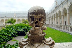 Skull in the outer courtyard (zawtowers) Tags: naples napoli campania italy italia may 2018 summer holiday vacation break warm dry sunny tuesday 29th certosa di san martino chaterhouse saint martin monastery religion place worship historic church vomero hill skull outer courtyard protecting old burial tomb