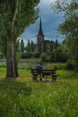 Seele baumeln lassen... (hobbit68) Tags: frankfurt fechenheim bank sky clouds baum trees gras wiese himmel wolken kirche person river fluss main
