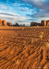 - At First Light - A la Primera Luz - (claudiov958) Tags: arizona claudiovaldés color landscape monumentvalley nikkor2470mmf28 nikond800e paisaje utah ngc dawn amanecer