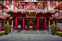 Temple of the Buddha Tooth Relic in Chinatown, Singapore (UweBKK (α 77 on )) Tags: temple buddha tooth relic chinatown buddhist buddhism religion religious red architecture building courtyard singapore southeast asia sony alpha 77 slt dslr