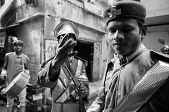 Street shot, Varanasi India (mafate69) Tags: asia asie asiedusud southasia subcontinent souscontinent india inde uttarpradesh up varanasi benares benaras kashi rue reportage streetshot street streetlevelphoto procession nb noiretblanc blackandwhyte bw documentaire documentary portrait photojournalisme photoreportage photojournalism mafate69 hindouisme hindu hinduism hindou hinduist puja