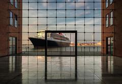 Queen Mary 2 (StoneAgeKid) Tags: frame queen mary 2 qm2 cunard luxusschiff schiff hamburg sparkasse fenster hafen harbour reederei elbe wasser gebäude luxusliner passagiere ship cruise liner