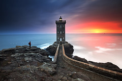 Light hunter (FredConcha) Tags: kermorvan brest sea pds sunset lighthouse landscape nature kikon lee d800 nikon france rocks alone