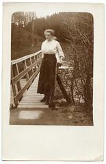 . (Kaïopai°) Tags: brücke holzbrücke bridge pont femme frau woman dame vintage portraiture portrait kleid mode