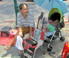 Techno-granny in the heat of Bangkok (vittorio vida) Tags: bangkok thailand asia granny people street children heat hot fan technology