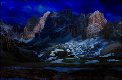 Dormi e sogna (Gio_guarda_le_stelle) Tags: dolomiti dolomites dolomiten mountainscape mountain italia italy night nightscape notte artwork luna moonlight light canon6d scherzo
