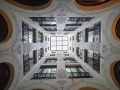 Barcelone - cour intérieure I (françoispeyne) Tags: barcelone architecture courinterieure envoyage route rue têteenhaut barcelona catalunya espagne es
