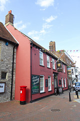 Kings Head with Elizabeth 2 cypher B type post pillar box Poole 02.09.2017 (The Cwmbran Creature.) Tags: pub public house g p o gpo general post office street furniture red heritage letter great britain gb