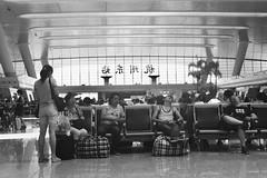 En attendant le train, gare d'Hangzhou, Chine, juillet 2014. Waiting for the train, Hangzhou train station, China, July 2014. (vdareau) Tags: photographiederue streetphotography noiretblanc blackandwhite trainstation gare train hangzhou china chine asiedusudest southeastasia asia asie