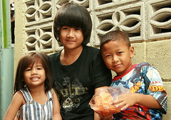 children with teenager (the foreign photographer - ฝรั่งถ่) Tags: three people two children teenager khlong thanon portraits bangkhen bangkok thailand canon