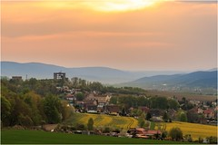 Sonnenuntergang über einer alten Kulturlandschaft (linke64) Tags: thüringen deutschland germany himmel sonnenuntergang berge bäume raps rahmen feld frühling häuser ort