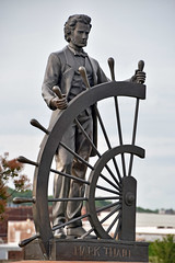 'Mark Twain' -- Statue at Glascock's Landing on the Mississippi River at Hannibal (MO) May 2018